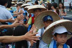 保護者らの励ましを受けながら「徒歩の旅」に出発する児童ら=取手市役所