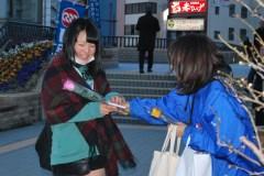 バラの花を配って男女平等参画推進を訴える連合茨城傘下の組合員=JR水戸駅北口
