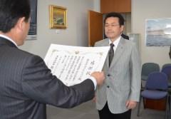 泉幸一生活環境部長(左)から感謝状を伝達される「マツミ・ジャパン」の松本実喜夫社長=県庁