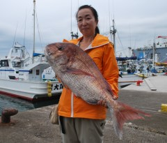 約6・5キロのマダイを釣り上げて優勝した篠原恵子さん=日立市久慈町
