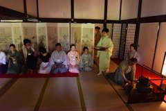 旧弘道館に設けられた石州流の茶席。自然光の柔らかな明かりの中で参加者は武家の茶道を味わった=水戸市三の丸