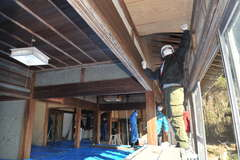 空き家の改修作業に取り組むプロジェクト参加者=稲敷市上須田