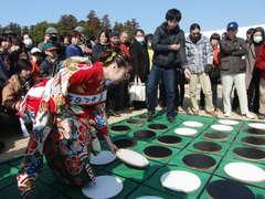 巨大なオセロ盤で女流棋士と水戸の梅大使が対局=水戸市の偕楽園