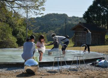完成した妹島和世さんの足湯施設「Spring」を楽しむ家族連れら=大子町浅川、菊地克仁撮影