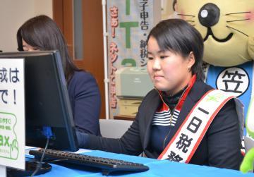 パソコンで確定申告書作成を体験する畑岡奈紗選手=笠間市役所
