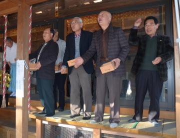 日本一早い豆まきを行う宗任神社の氏子たち=下妻市宗道