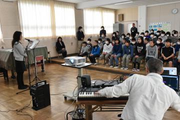 サウンドデザイナーの効果音を交えた朗読に熱心に耳を傾ける児童たち=神栖市矢田部