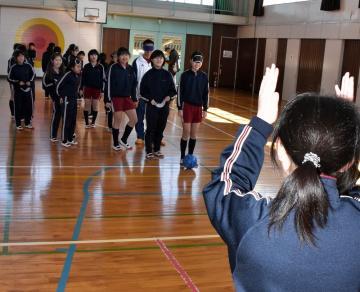 シュート体験で、拍手と声でゴールの位置を知らせる児童(手前)=鉾田市荒地の市立旭東小