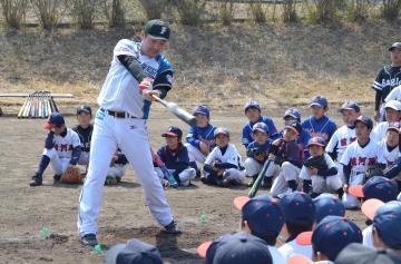 子どもたちにバッティングを披露する元日本ハム選手の池田剛基さん=常総市大生郷町