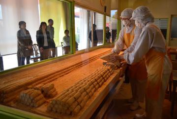 亀印製菓が開設した吉原殿中の実演工房=水戸市見川町