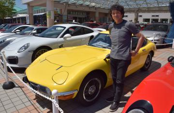 展示会に黄色いトヨタ2000GTなど愛車を出品する関根英輔さん=潮来市前川