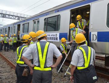 訓練で列車内から「乗客」を安全に降ろすJR社員=水戸市三湯町