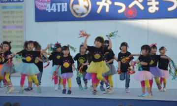 軽快な踊りを披露する子どもたち=日立市多賀町