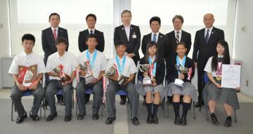 小野寺俊県教育長を表敬訪問した全国高校総体の優勝者ら=県庁