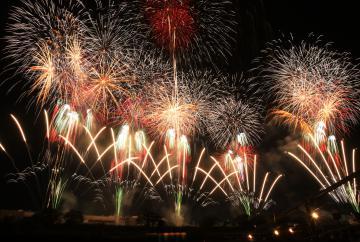 夜空を鮮やかに彩ったワイドスターマイン=土浦市の桜川畔