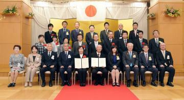 小平奨励賞の受賞者(前列中央)と関係者ら=日立市旭町、根本樹郎撮影