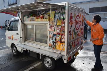 野菜や刺し身など生鮮食品や菓子が積み込まれたセイミヤの移動スーパー1号車=潮来市潮来