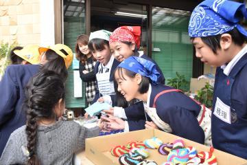 下級生らを相手に手芸品を販売する大洗小児童=大洗町磯浜町