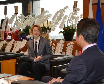 大井川和彦知事を表敬訪問した七海ひろきさん=県庁