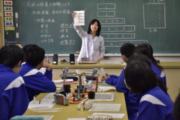 中学生にも分かるように工夫して行われた高校教諭の出前授業=高萩市下手綱