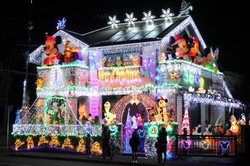 色とりどりのLED電球で装飾された佐伯隆良さん宅=水戸市双葉台