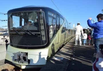 JR鹿島神宮駅を出発する豪華寝台列車「トランスイート四季島」=鹿嶋市宮下