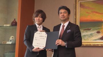 大井川和彦知事(右)からいばらき大使を委嘱された安達勇人さん=県庁