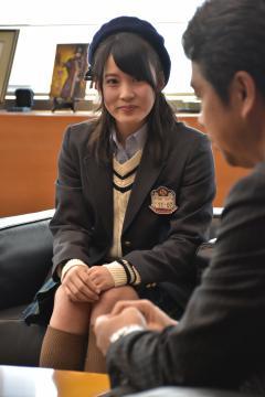大井川和彦知事(右)を訪れたAKB48チーム8の岡部麟さん=県庁