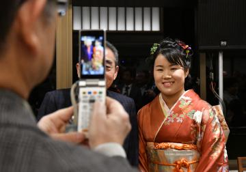 祝勝会参加者と記念撮影をする畑岡奈紗選手(右)=笠間市南小泉