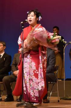審査員らを背に歌声を披露する、優勝した水戸市の伊藤芳枝さん=県民文化センター