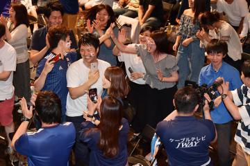日本代表の先制ゴールが決まり、ハイタッチして喜ぶサポーター=19日午後9時ごろ、日立市幸町、菊地克仁撮影