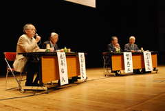 脱原発サミットで討論する村上達也東海村長(右)らパネリスト=東海文化センター
