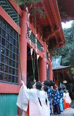 神職、巫女が楼門の汚れを落とした「すす払い」=鹿嶋市宮中の鹿島神宮