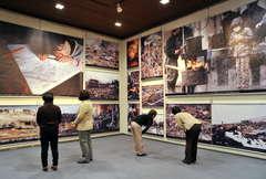 開幕した「3・11ユニセフ東日本大震災報告写真展」=水戸市千波町の県近代美術館