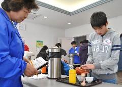 急須を使ったお茶入れの実技に臨む児童=坂東市山のさしま郷土館ミューズ