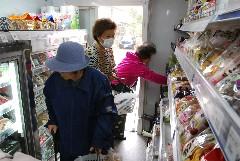 移動販売の車内で買い物する住民ら=つくば市森の里