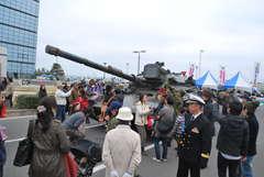 大洗春まつり海楽フェスタの会場に登場した74式戦車=大洗町港中央