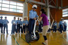 つくば市職員の指導を受けながら走行する生徒=茨城町上石崎の県警察学校