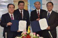 プログラムチャーターの年内就航に関する覚書に調印した橋本昌知事(左)とミャンマー国際航空のキン・マウン・ラット会長(右)=県庁