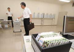 期日前投票の会場で配られたガルパンのイラスト入り啓発ティッシュ=水戸市三の丸1丁目