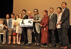 映画「天心」の完成披露試写会で舞台あいさつに立った松村監督(右端)と出演者=東京・上野の東京芸術大学奏楽堂