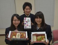 県立石岡商業高校の生徒たちが企画した「かしてつバス弁当」=石岡市南台のJAひたち野