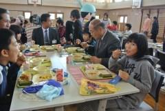 給食になった「まさかどサラダ」を食べる発案者の島村瑠奈さん(右)=坂東市小山の中川小学校