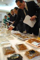県内食品スーパーなどが連携し本県産の食材で新商品を開発する=水戸市白梅