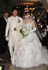 サプライズ結婚式で祝福を受ける茅根さん夫妻=日立市幸町