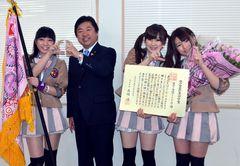 水戸市功労賞の表彰を受け高橋靖市長(左から2人目)と「かっこ」のポーズを決める「水戸ご当地アイドル(仮)」=同市三の丸1丁目