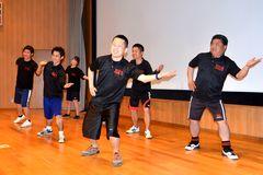 「みとちゃんダンス」を踊る振り付け担当の小学校教員=水戸市笠原町