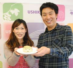 最優秀賞の坪井孝賢さん、奈穂美さんと「かっPーザまん」=牛久市中央