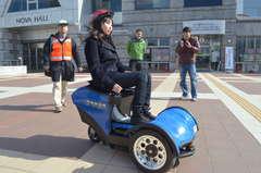 移動ロボットの試験走行を行う宇都宮大の学生ら=つくば市吾妻