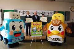 県トラック協会のキャラクター「はこ坊」(左)と「あゆみちゃん」(右)の命名者ら=水戸市千波町
